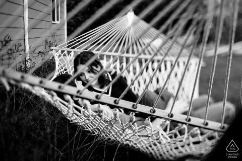 华盛顿州埃努克劳,订婚夫妇在婚礼前的肖像会议期间在吊床上聊天