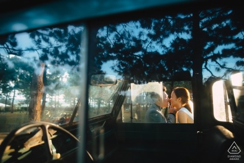 Da Lat, Vietnam PreWedding PhotoShoot - Ein Sonnenkuss durch das Autofenster