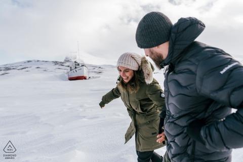 Betrokkenheidsfotograafsessie in de sneeuw van Beitostølen, Noorwegen met een boot