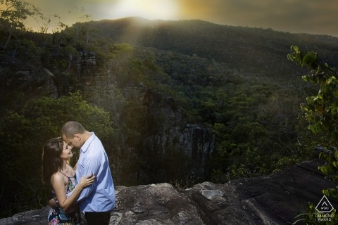 - Pirenópolis pre wedding portrait shoot with a couple in the mountains at sunset
