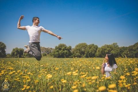 Verlobungssitzung in Sizilien eines Paares auf einem Gebiet von Blumen.
