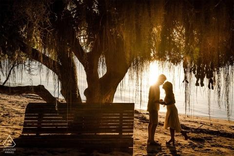 Linhares, Espírito Santo, Brasilien Pre Hochzeit Porträt am Wasser während des Sonnenuntergangs.