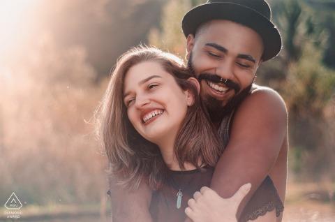 Hotel Oberland, Nova Friburgo - RJ Porträtfotografie | Paare, die eine nette warme Umarmung im Sonnenlicht haben
