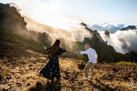 Pico do Areeiro, wyspa Madeira, Portugalia, sesja przedślubna | Przyszły pan młody mówi swojej oblubienicy, aby przyszła i odkryła