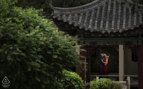 Una pareja recién comprometida se abraza en el pabellón en el patio trasero del Xining Hotel, Qinghai