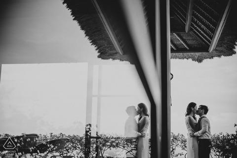 Séance de fiançailles LongHouse Villa Jimbaran - Bali - Indonésie avec des reflets de verre.