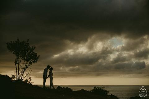 Balangan-Strand Bali - Indonesien-Porträtsitzung mit einem Paar bei Sonnenuntergang.