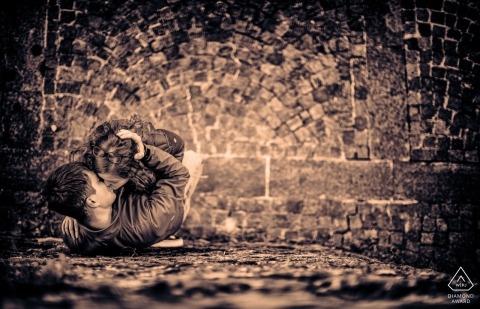 Ceparana Engagement Sepia Session - Portrait du couple au-dessus de la tête