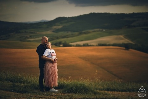 Portrait de couple avant le mariage à Cappella di Vitaleta pendant le coucher du soleil