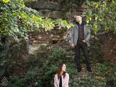Milano, Italie portrait posé créatif d'un couple fiancé