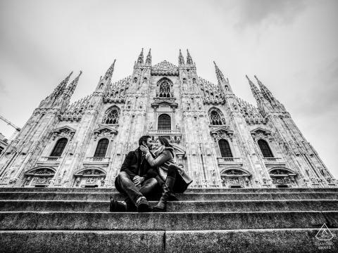 Milano, Włochy fotografia zaręczynowa z dużym budynkiem w czerni i bieli