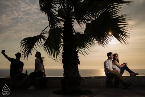 Miraflores Lima Portrait Session o zachodzie słońca z palmą i plażą.