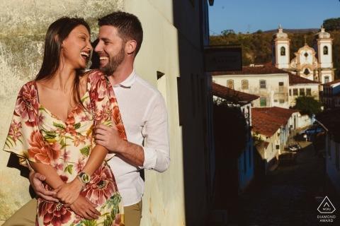 Pre Hochzeit Bilder aus Ouro Preto, Brasilien - Verlobtes Paar über dem Dorf in der Nachmittagssonne und Schatten.