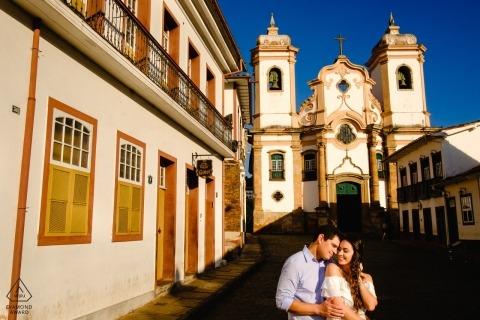 Ouro Preto, Brasilien Verlobungsfotosession - Junges Paar im Dorf in Sonne und Schatten.