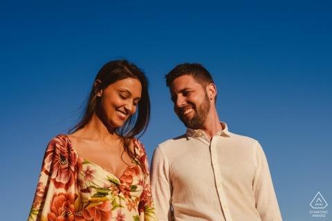 Ouro Preto, Brasilien Verlobungsfotos eines Paares in der Nachmittagssonne mit blauem Himmel.