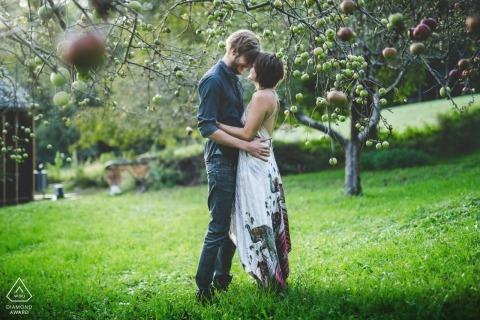 Steiermark / Österreich E-Shoot eines verlobten Paares in ihrem Apfelbaumgarten