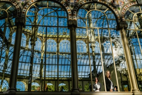 Séance photo d'engagement de Madrid avec un couple au Cristal Palace