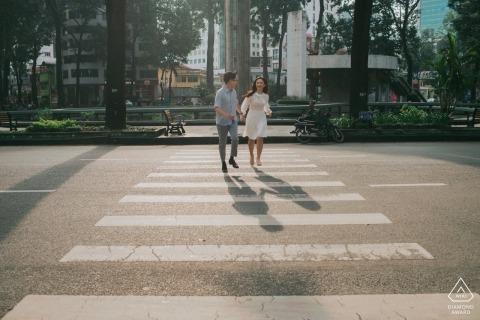 Turtle Lake, Saigon, Vietnam, sesión de fotografía previa a la boda: una pareja corre al otro lado de la calle