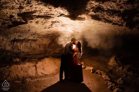 西洞室外探索中心-订婚摄影期间在TX洞穴中寻找爱情