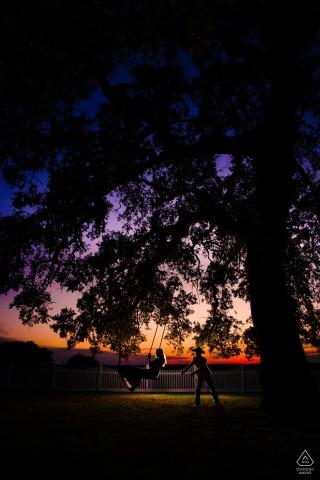 Whitehall Polley Mansion Engagement Fotosession | Schwingen unter den Eichen während des Sonnenuntergangs