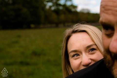 Wald-Verlobungssitzung Englands Rivington - natürlich gefangene Liebe