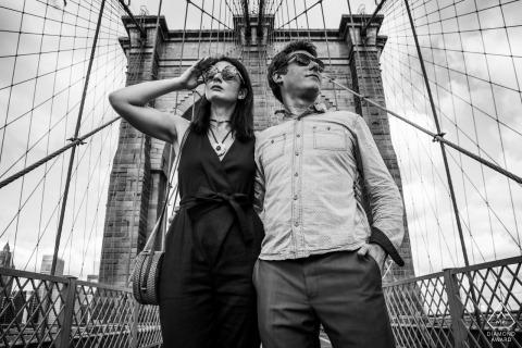 Portret zaręczynowy w Nowym Jorku na Brooklyn Bridge w czerni i bieli