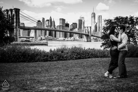Miłość w Nowym Jorku - fotografia zaręczynowa w czerni i bieli z mostem