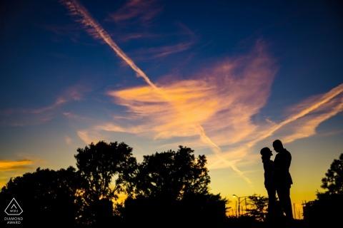 Montrose Beach, Chicago-Sonnenuntergangschattenbild-Porträtsitzung mit verlobten Paaren und buntem Himmel