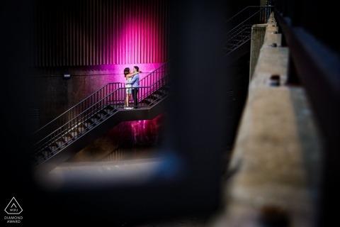 Sesión de fotos de compromiso de Illinois: escaleras de Chicago, sesión industrial con una luz rosa