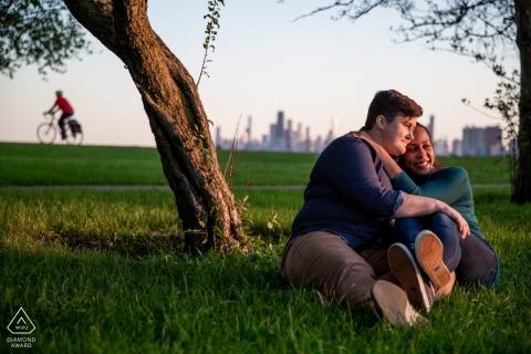 Montrose Beach, Chicago Portraits - Verlobtes Paar mit Radfahrer im Hintergrund