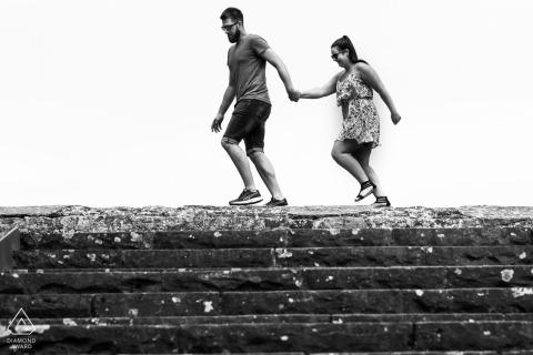 Mainz verlobt Paar zu Fuß während einer Porträtsitzung zum Vorheiraten von Bildern