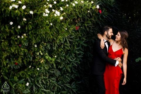 Séance photo d'engagement avec Kyrenia, Chypre | Robe rouge et smoking dans les arbres
