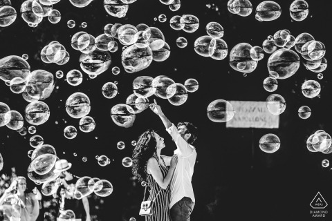 Villa Borghese - sesión de fotos de compromiso de Roma | la pareja se divirtió mucho en medio de las burbujas