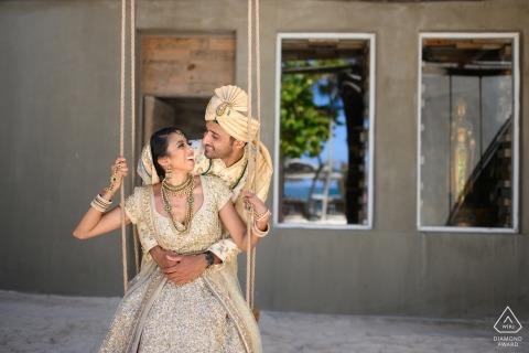 Cancun, Mexique session de portrait pré-mariage | Amour pur! - Couple sur une balançoire.