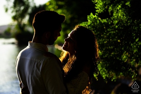 Lago di Bolsena - Ritratto di fidanzamento in Italia - un momento romantico sulla riva del lago al tramonto