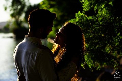 Lago di Bolsena - Italia retrato de compromiso - un momento romántico en la orilla del lago al atardecer