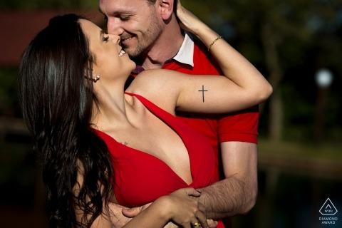 Verlobtes Paar posiert für Porträts des Fotografen Anápolis