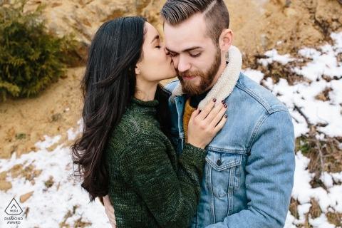 Carbonado, WA sesión de retratos de compromiso - Pareja besándose y abrazándose
