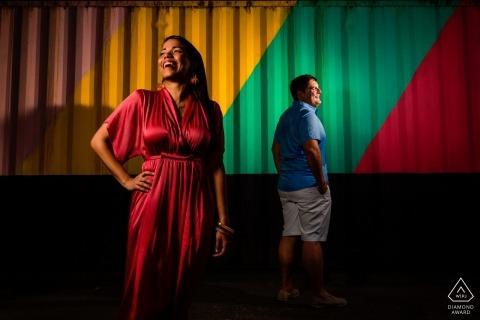 Séance de photographie d'engagement - L'image contient: Pinones, PR un couple et un arrière-plan contrasté