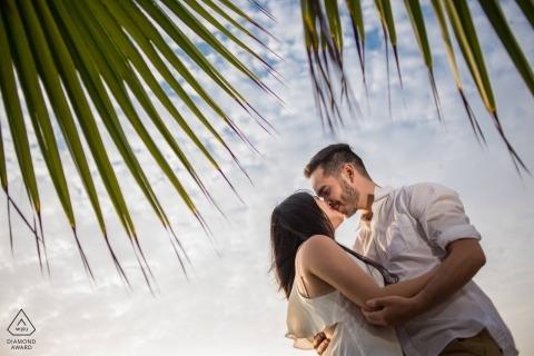 Sesja zaręczynowa z parą pod liśćmi palmowymi - portret zawiera: sesję Miraflores Lima Love