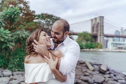 Engagement Photo Session - Fotograf: Sie hatten eine Menge Spaß beim Fotografieren, sie trafen sich erst vor sechs Monaten und wussten sofort, dass sie sich gegenseitig waren! Sie wollten ein wildes und lustiges Fotoshooting in der Stadt