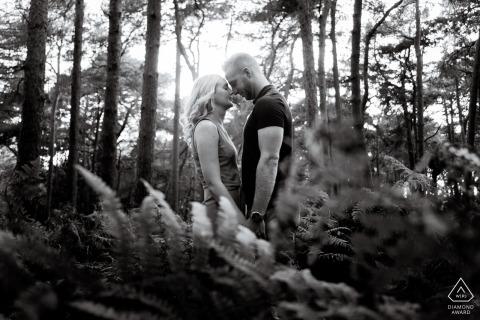 Chicksands Wood, UK Engagement Portrait Session - Afbeelding bevat: gezicht, gezicht, elkaar, bomen, zonlicht, varens