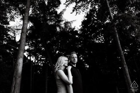 Chicksands Wood, Bedfordshire, Royaume-Uni Engagement Couple Photography - Portrait contient: arbres, forêt, éclairage, noir, blanc
