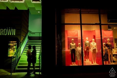 Austin, TX - Downtown Engagement-foto van een stel - Portret bevat: stel, contrastafbeelding voor een winkel