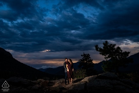 Rocky Mountain National Park Engagement Portret van een paar - Afbeelding bevat: zonsondergang, lucht, verlicht, verlichting