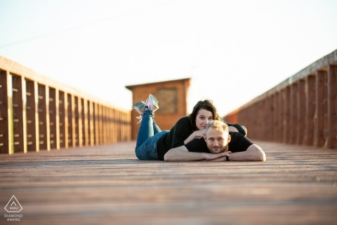 Jeziorsko Lake, PL Verlobungssitzung mit einem Paar - Porträt enthält: Lügen, Promenade, Strand, Sonnenlicht, Nachmittag