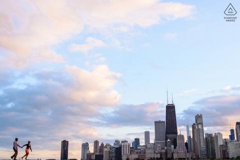 North Ave Beach Chicago Verlobte Paare, die während der Porträtsitzung entlang der Skyline spazieren
