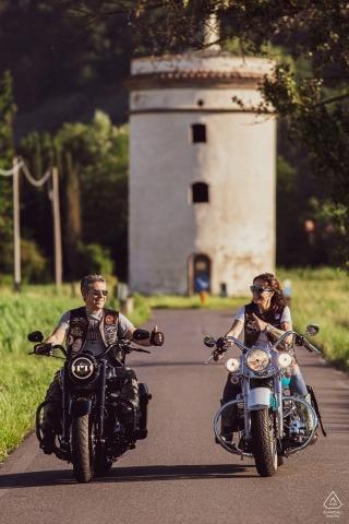 Lucca, Toscana Engagement Portrait Session - Afbeelding bevat: motorfiets, harley, davidson, fietsers, fietsen
