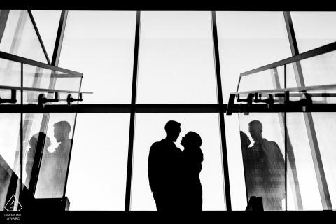 Paar-Verlobungsfotografie der Ottawa Art Gallery - schaut sich oben auf der Treppe in der Galerie an
