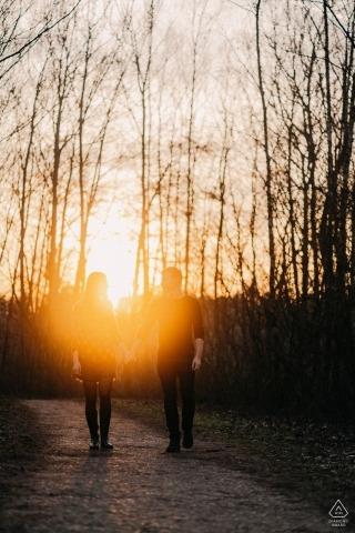 Kirchhellen, Allemagne Photographie d'engagement - L'image contient: session, forêt, sentier coucher de soleil, vertical